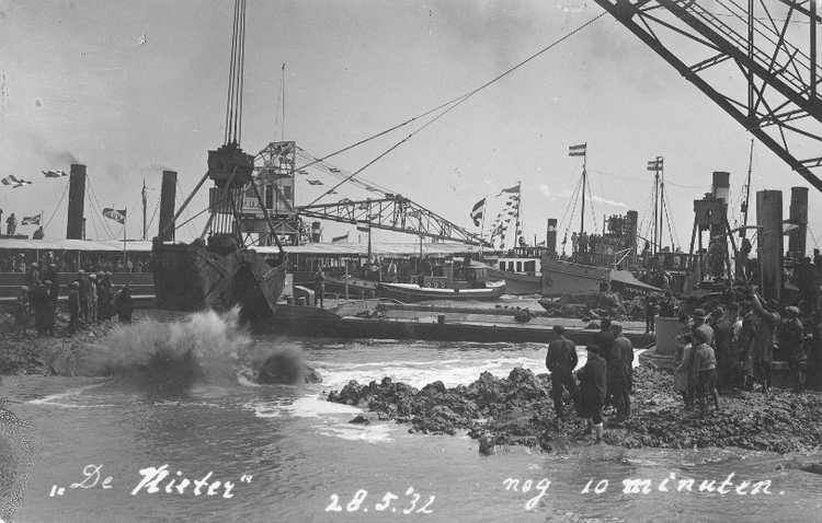 Sluiting van De Vlieter, het laatste sluitgat van de Afsluitdijk, 1932