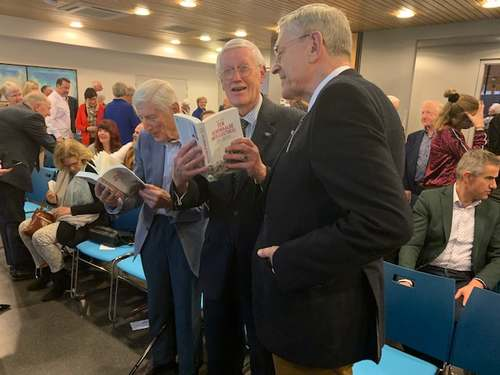 Overhandiging biografie Hans Gruijters aan Hans Wiegel en Dries van Agt, 27-02-2020 (foto Willy van der Most)